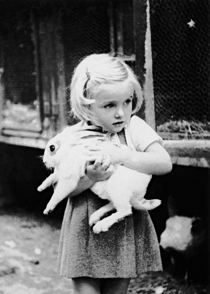 Arielle Dombasle à l'âge de 3 ans. l Source : Getty Images