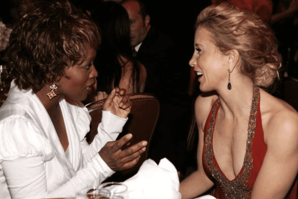 Alfre Woodard and Felicity Huffman having a conversation in the audience during the Producers Guild awards, on January 22, 2006, California | Source: Getty Images (Photo by Vince Bucci/Getty Images)