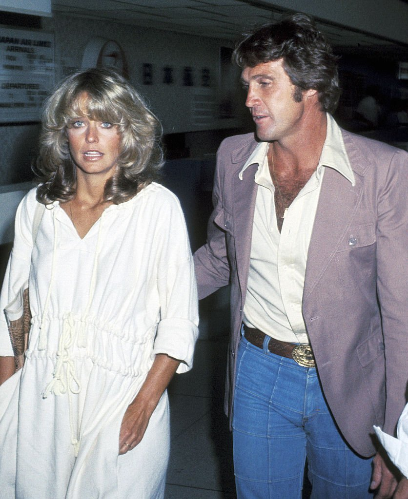Actress Farrah Fawcett and actor Lee Majors on June 10, 1977 arrive at the Los Angeles International Airport | Photo: Getty Images