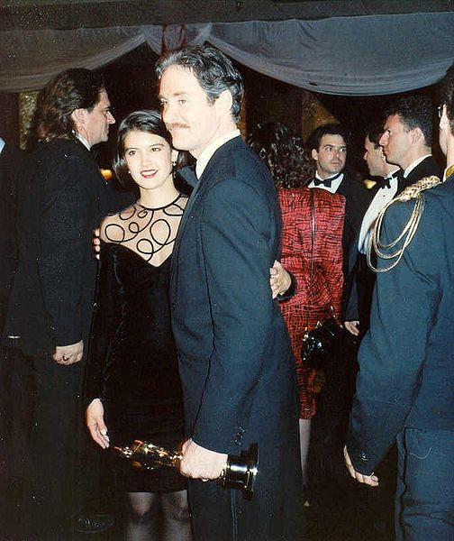 Oscar-winner Kevin Kline and his wife Phoebe Cates at the Governor's Ball party after the 1989 Academy Awards on March 29, 1989. | Photo: Greg in Hollywood (Greg Hernandez) CC BY-SA 2.0 Wikimedia Commons