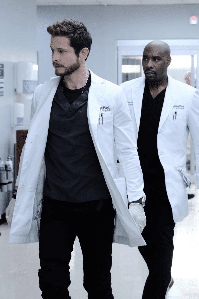 """THE RESIDENT"" : Matt Czuchry et Morris Chestnut dans un épisode de ""THE RESIDENT"". 