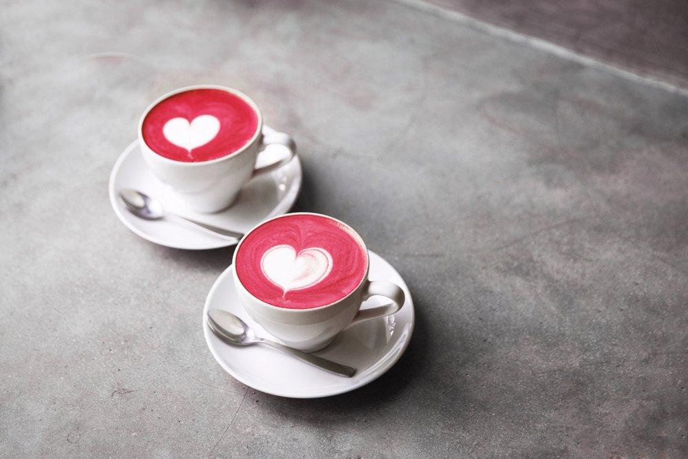 Tazas de café con figuras de corazones.  Fuente: Shutterstock