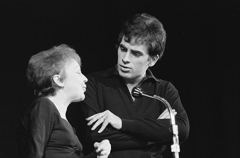 Edith Piaf with husband Théo Sarapo in 1962 on stage in Paris | Source: Wikimedia