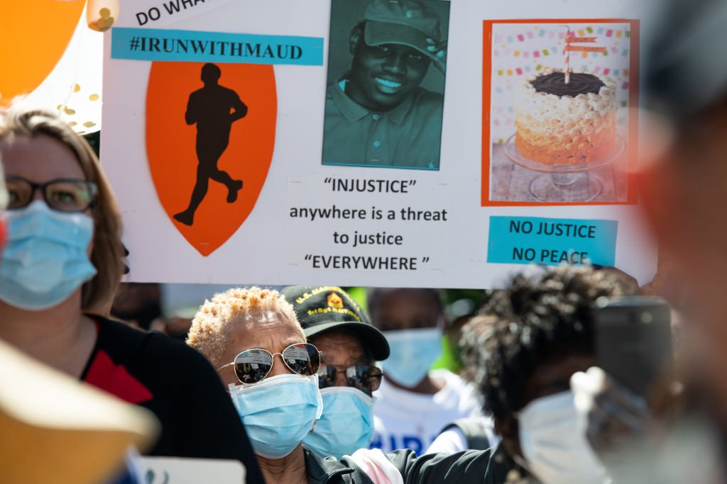 Demonstrators protest the death of Ahmaud Arbery at the Glynn County Courthouse on May 8, 2020 in Brunswick, Georgia. | Photo: Getty Images.