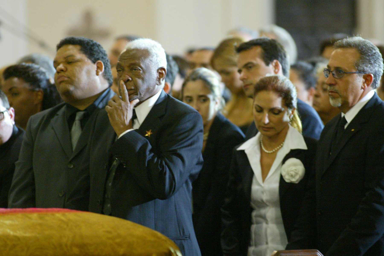 Pedro Knight, viudo de Celia Cruz, junto a asistentes al velorio de su difunta esposa en la iglesia católica Gesu, en Miami, 19 de julio de 2003 || Fuente: Getty  Images