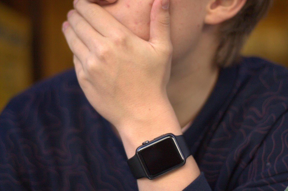 Hombre con mano sobre la boca. | Imagen: PxHere