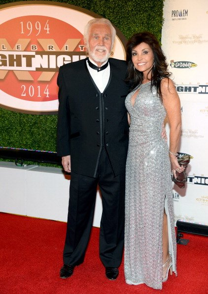 Kenny Rogers and Wanda Miller at the JW Marriott Desert Ridge Resort & Spa on April 12, 2014 in Phoenix, Arizona. | Photo: Getty Images
