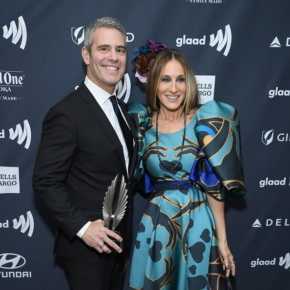 Andy Cohen and Sarah Jessica Parker pose backstage during the 30th Annual GLAAD Media Awards New York at New York Hilton Midtown on May 4, 2019 | Photo: Getty Images