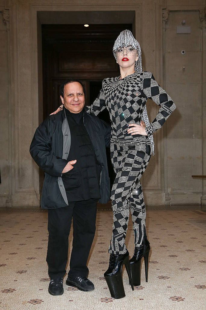 Lady Gaga pose avec le designer Azzedine Alaia au Musée Galliera le 20 janvier 2014 à Paris, France | Source : Getty Images.
