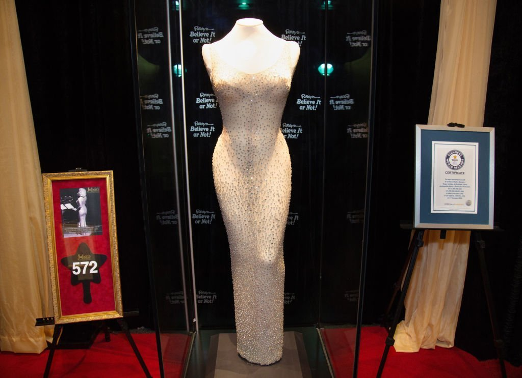 "Plan complet de la robe historique du président Kennedy Portée par Marilyn Monroe à ""Ripley's Believe It Or Not"". 