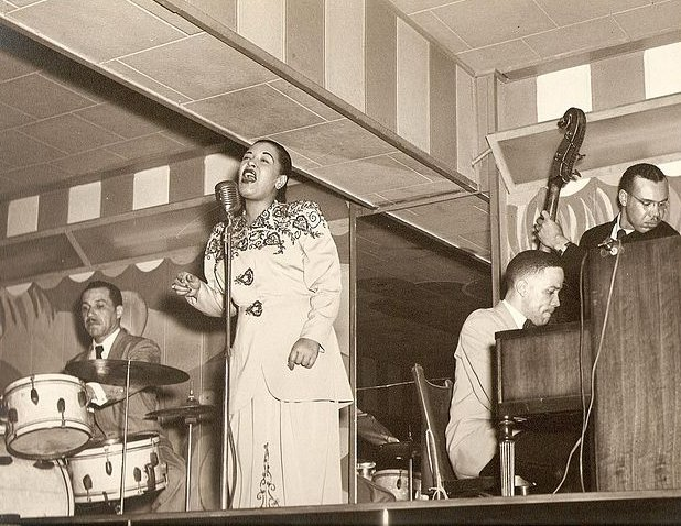 Billie Holiday performing at Club Bali, in Washington, with drummer Al Dunn, and pianist Bobby Tucker | Source: Wikimedia Commons/ Public Domain
