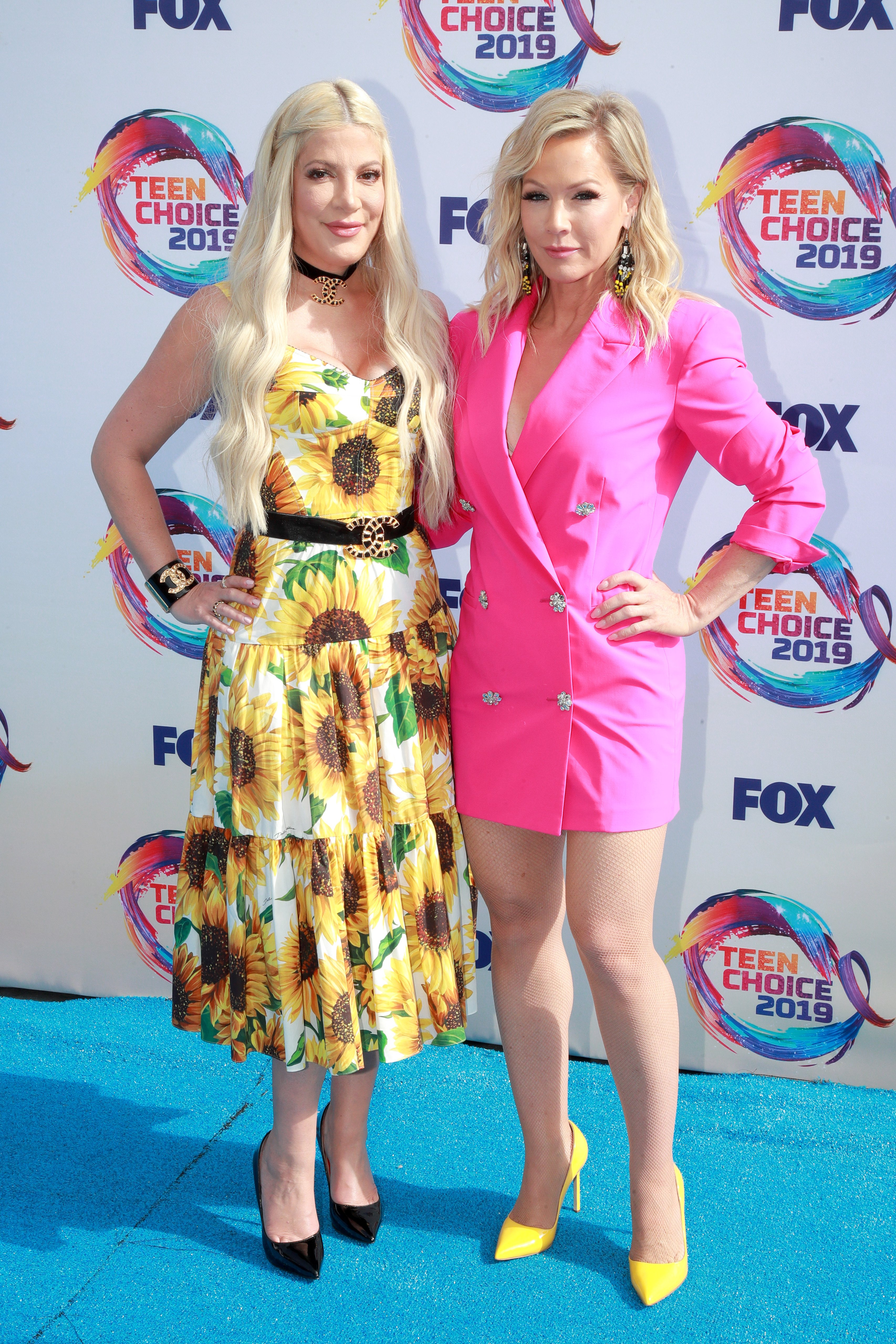 Tori Spelling and Jennie Garth attend FOX's Teen Choice Awards 2019 on August 11, 2019, in Hermosa Beach, California. | Source: Getty Images.