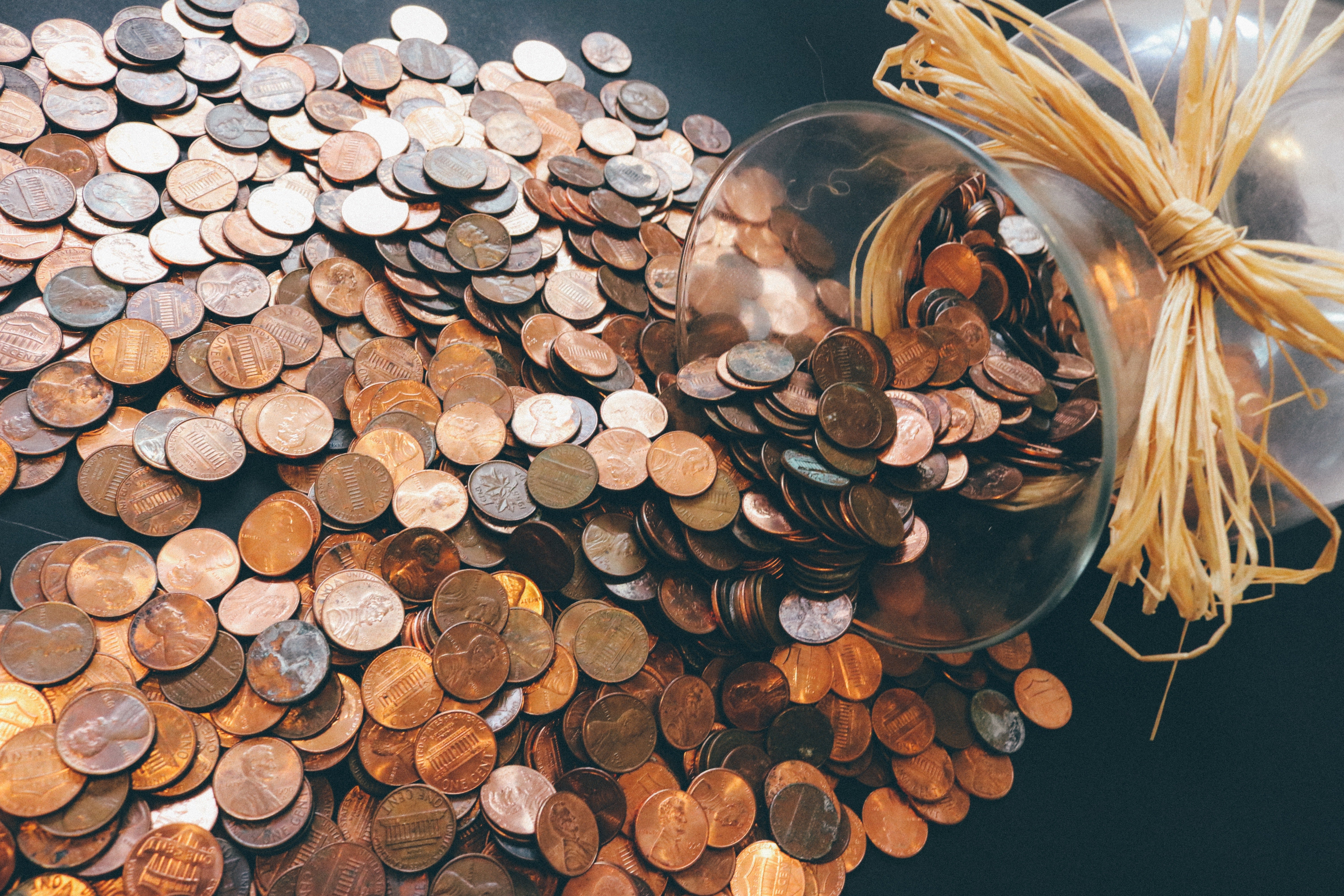 A jar of coins lies on a table   Photo: Pexels/Pixabay