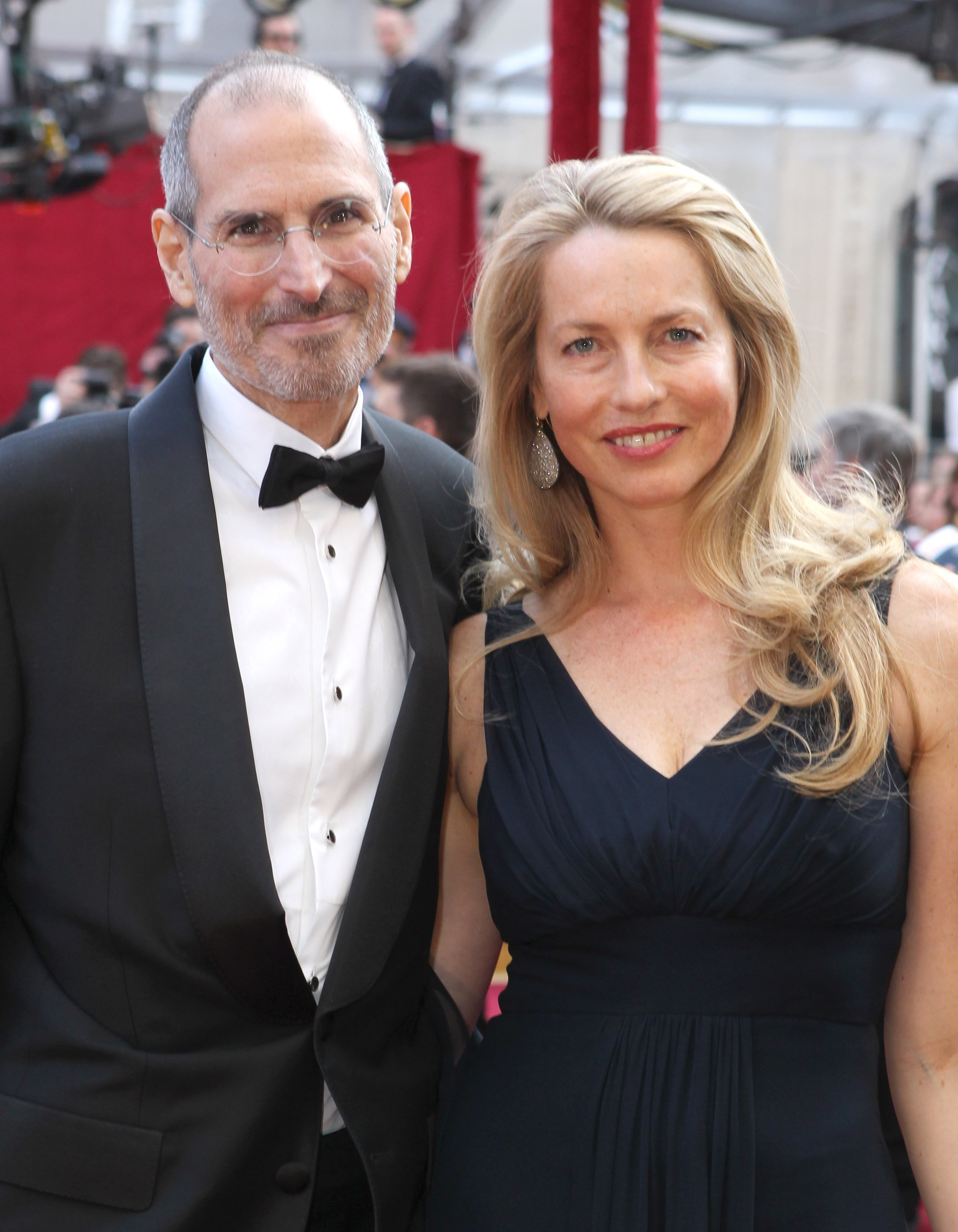 Steve Jobs and Laurene Powell arrive at the 82nd Annual Academy Awards held at Kodak Theatre on March 7, 2010 | Photo: Getty Images