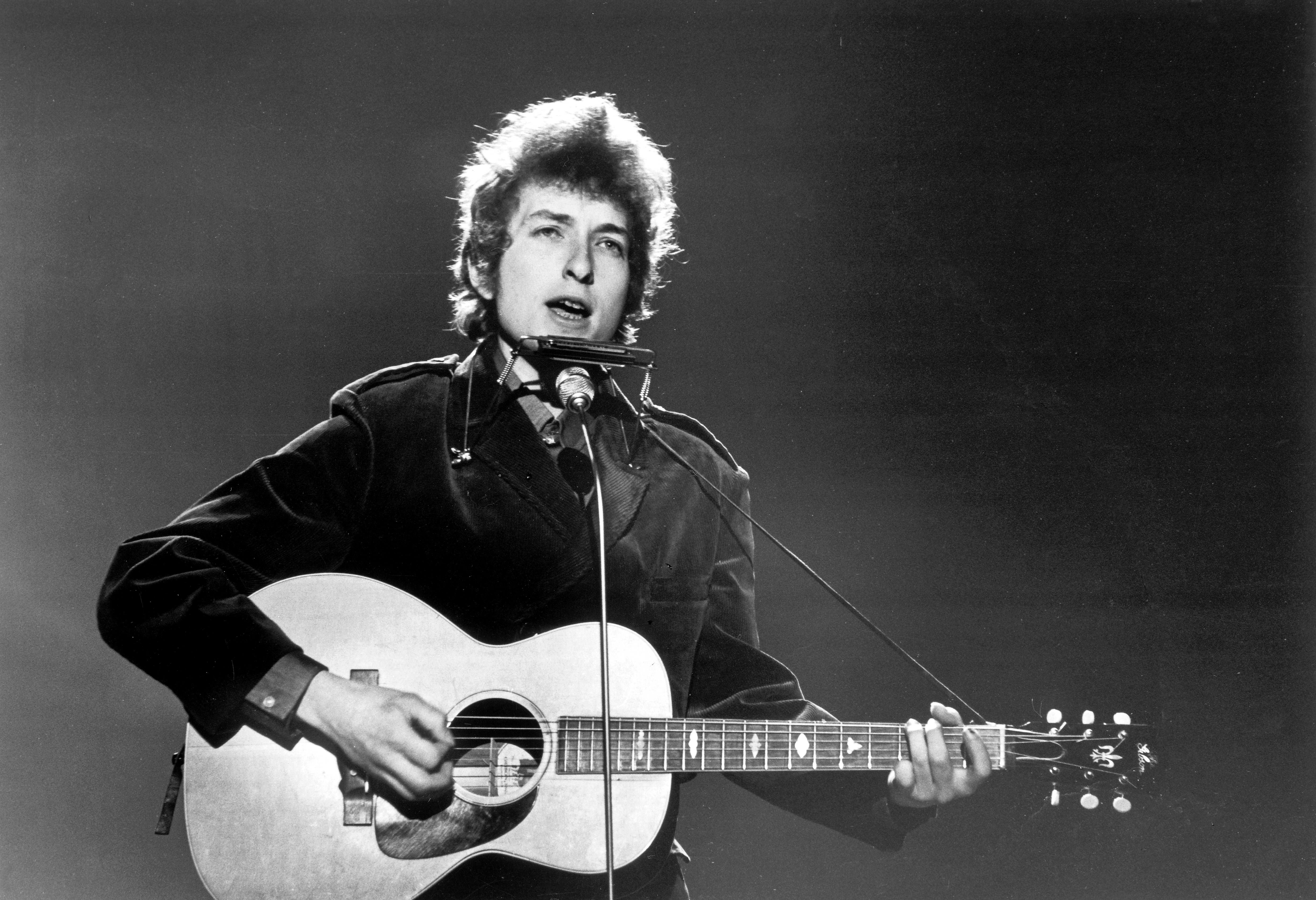 Bob Dylan performing at BBC TV Center, London, 1965 | Photo: Getty Images