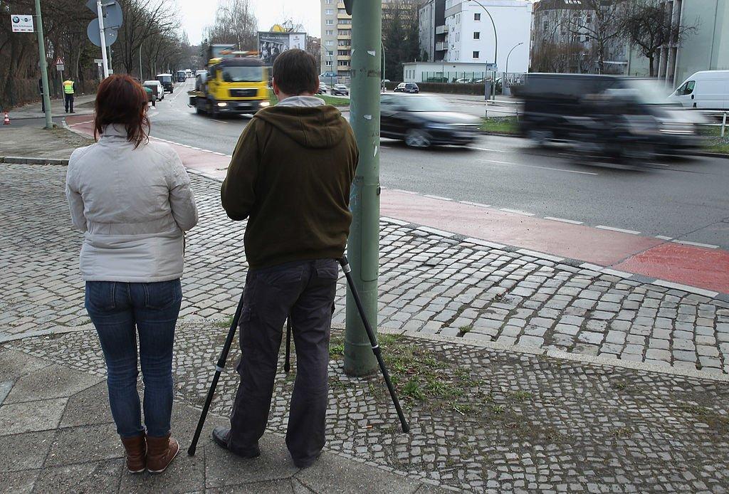 Deux personnes utilisant un radar à Berlin. l Source: Getty Images
