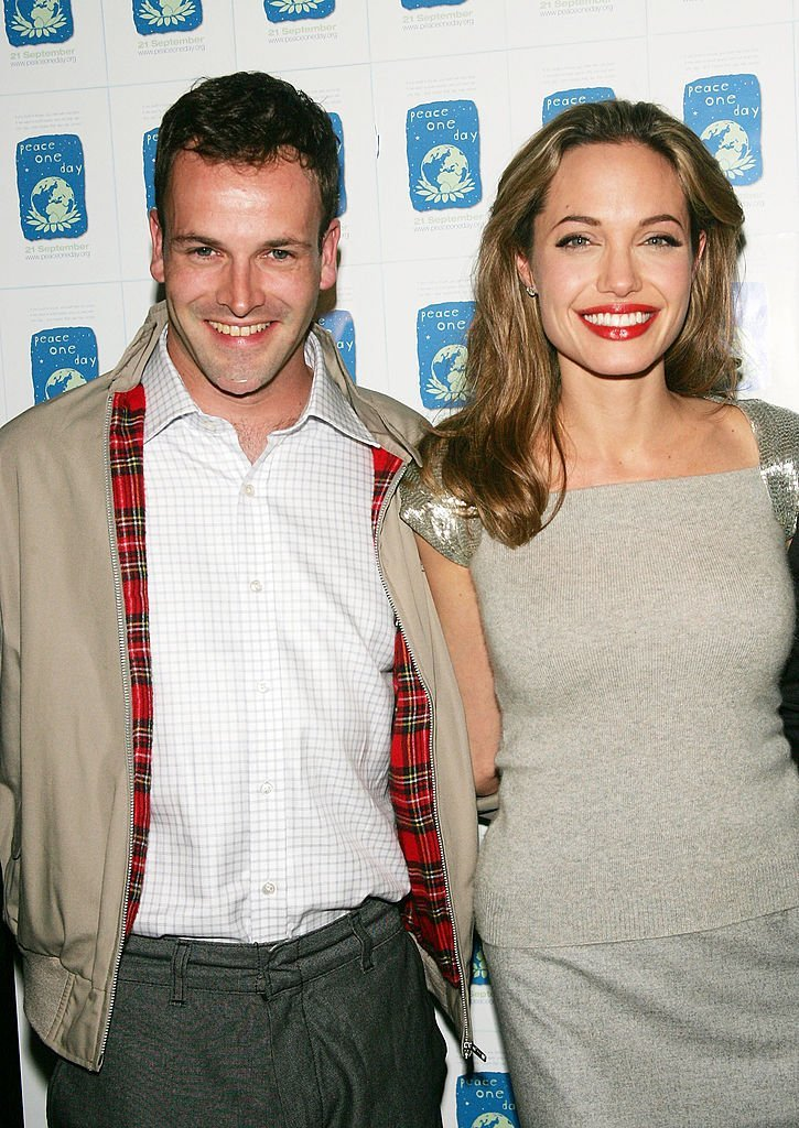 Jonny Lee Miller and Angelina Jolie in 2005. I Image: Getty Images.