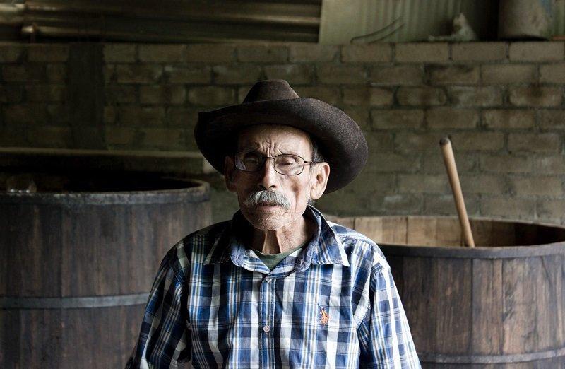 Anciano usando sombrero vaquero / Imagen tomada de: Pexels