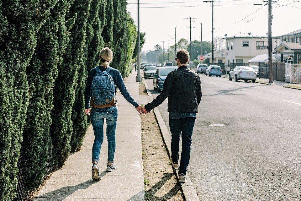 Couple marchant dans la rue |  Photo : Pixabay