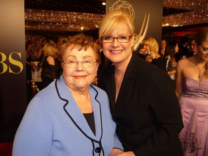 Bonnie Hunt and her mother Alice at 2010 Daytime Emmy Awards. | Source: Wikimedia Commons