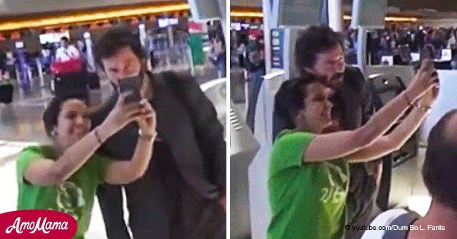 Une fan a pris une mauvaise photo avec Keanu Reeves et au lieu de partir, il l'a laissée en prendre une autre