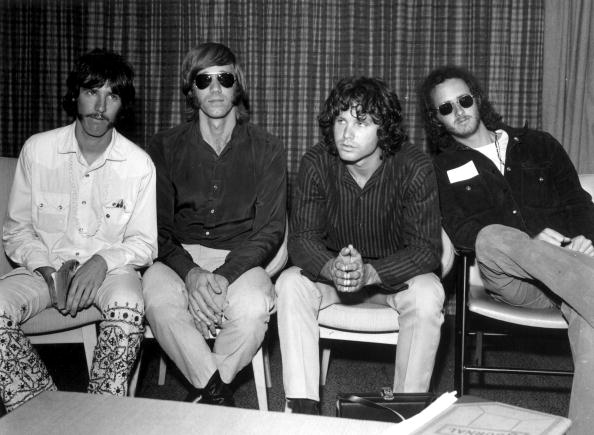 The Doors à l'aéroport d'Heathrow, Londres (de gauche à droite); le batteur John Densmore, le claviériste Ray Mansarek, le chanteur Jim Morrison (1943 - 1971) et le guitariste Robby Krieger. | Photo: Getty Images