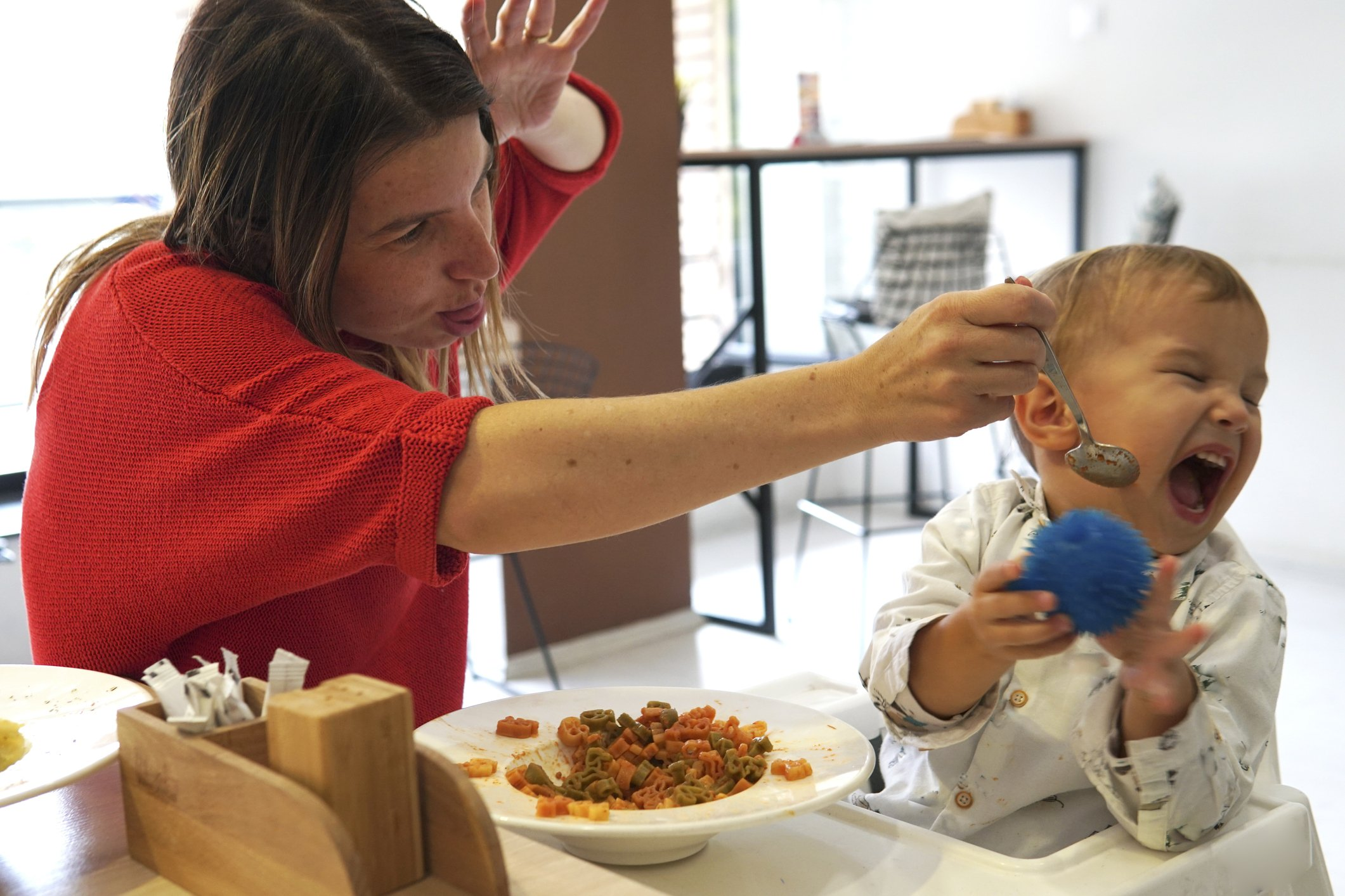 Child bawls and refuses to eat at a restaurant while mother tries to feed him | Photo: Getty Images
