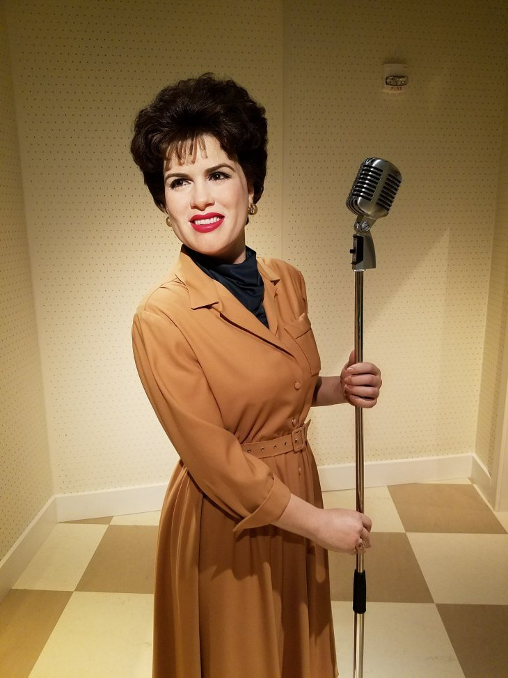 Patsy Cline posing in front of a mic | Source: Flickr