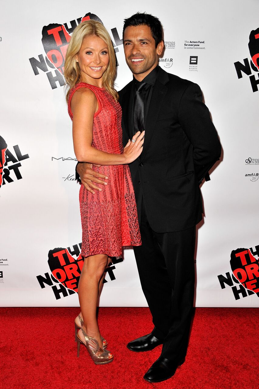 Kelly Ripa and Mark Consuelos pose for a red carpet event.   Source: Getty Images