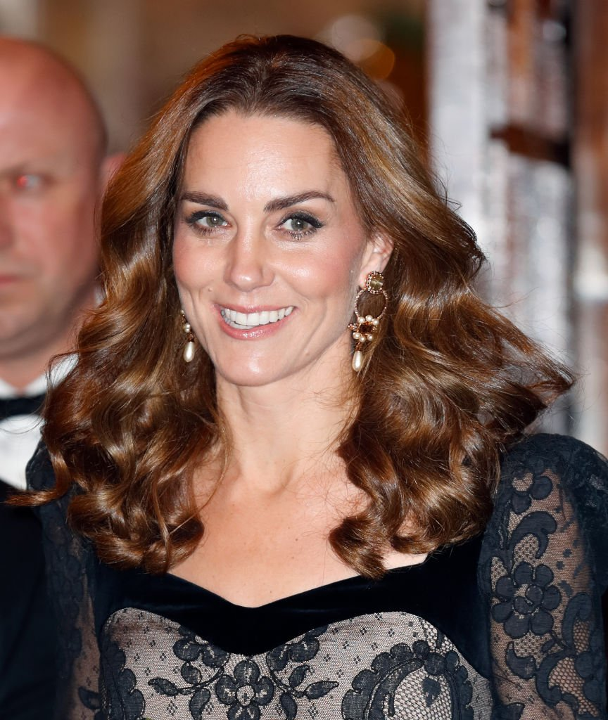 (EMBARQUEE POUR PUBLICATION DANS LES JOURNAUX BRITANNIQUES JUSQU'A 24 HEURES APRÈS LA CRÉATION DE LA DATE ET DE L'HEURE) Catherine, duchesse de Cambridge assiste au spectacle de variété royal au théâtre Palladium | Photo: Getty Images