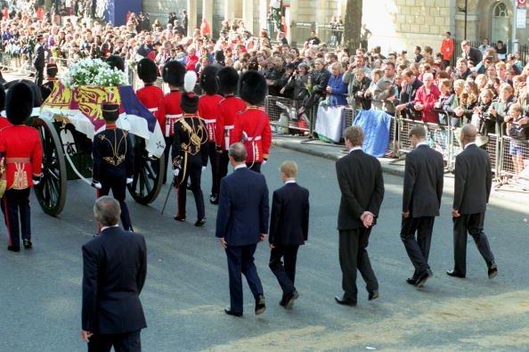Le prince Charles, le prince Harry, le comte Spencer, le prince William et le prince Philip, duc d'Édimbourg, suivent le cercueil de Diana la princesse de Galles vers l'abbaye de Westminster pour son service funèbre le 6 septembre 1997. | Photo : Getty Images.