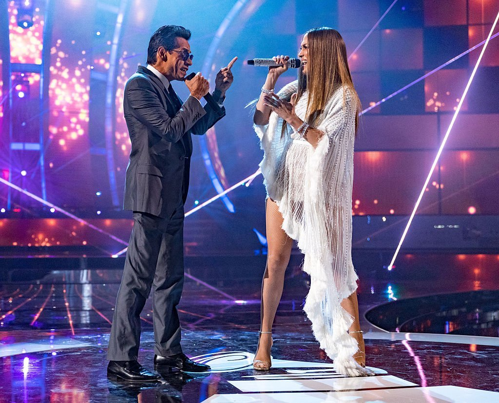 Marc Anthony (L) and Jennifer Lopez perform onstage during The 17th Annual Latin Grammy Awards at T-Mobile Arena on November 17, 2016 in Las Vegas, Nevada. | Photo: Getty Images
