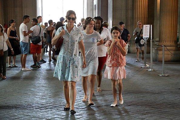Katie Holmes et Suri Cruise se promènent près du musée du Louvre | Photo : Getty Image