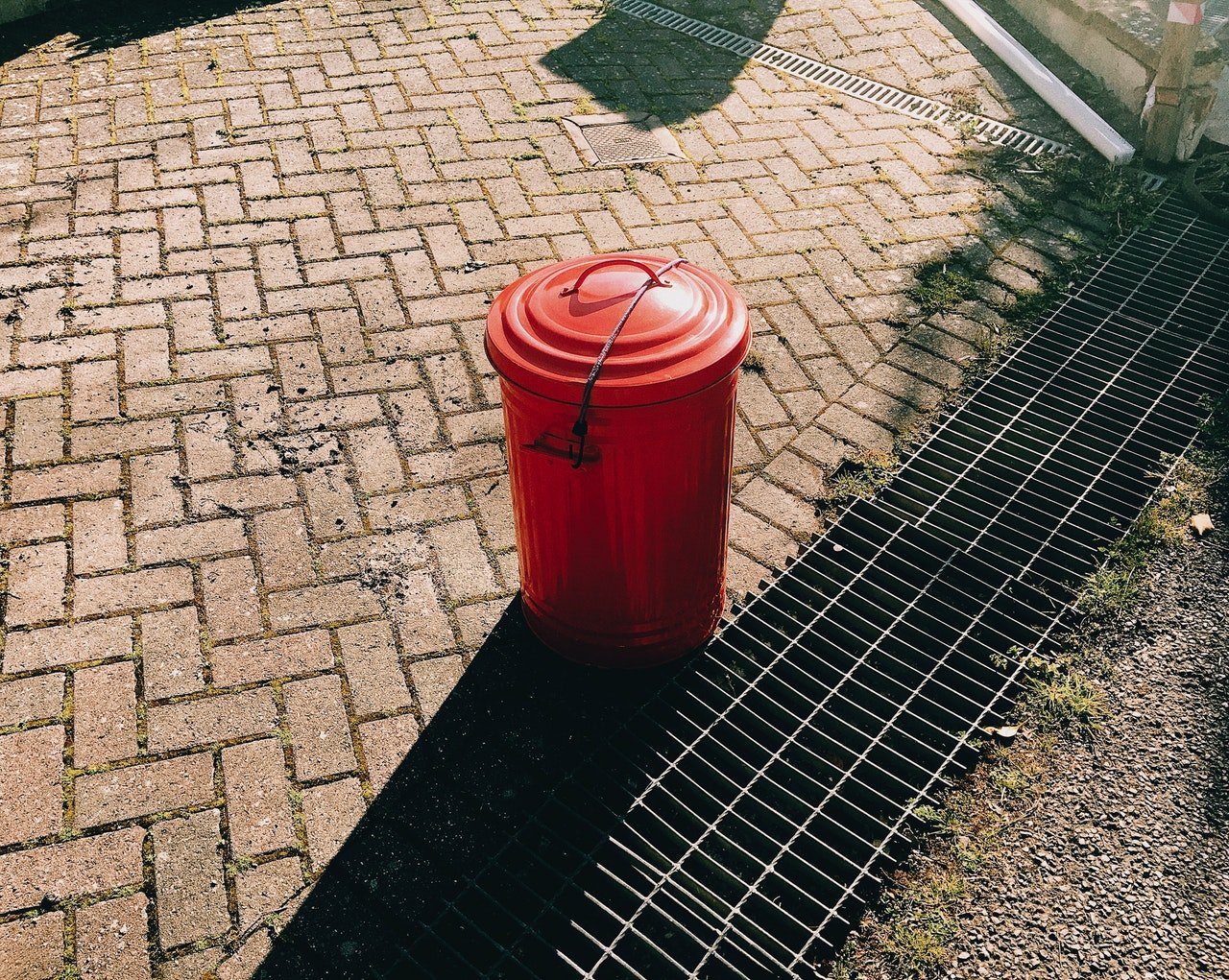 Photo of a trash can by the road | Photo: Pexels
