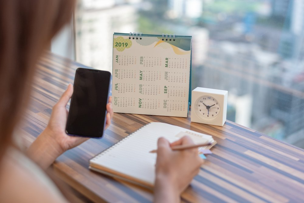 Mujer coordinando sus calendarios. Fuente: Shutterstock