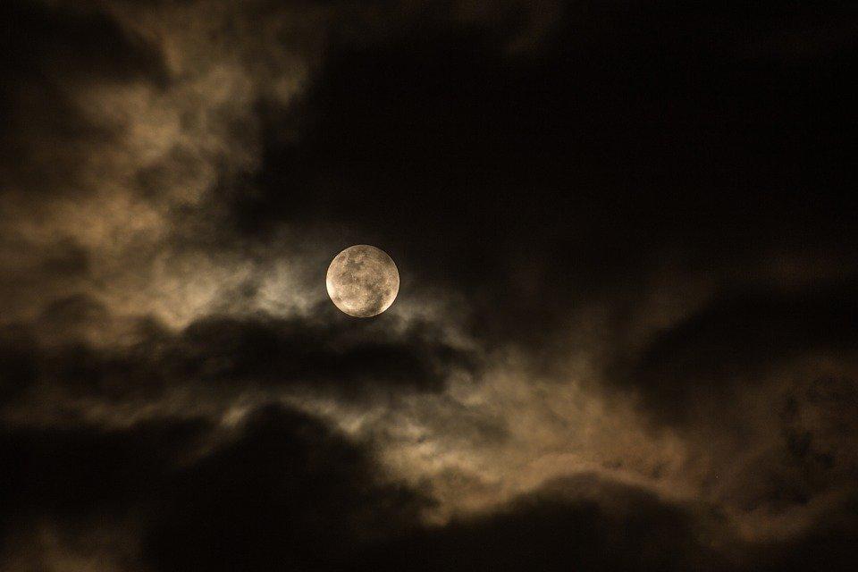 La luna nueva.   Imagen:  Pixabay