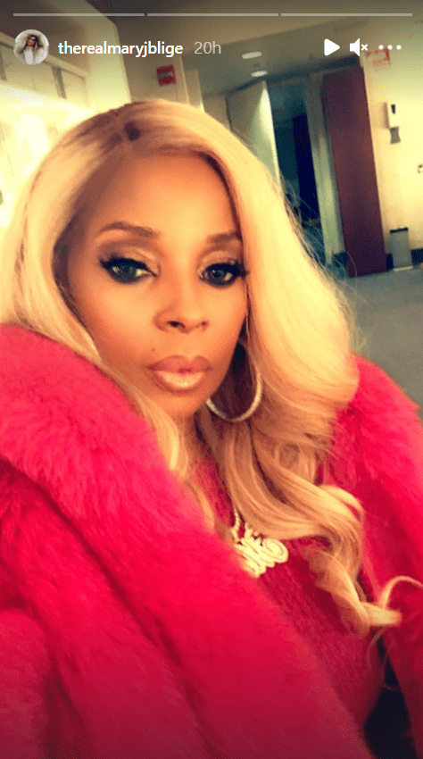 A selfie of Mary J. Blige flaunting her blonde hair wearing a red fur coat. | Photo: Instagram/Therealmaryjblige