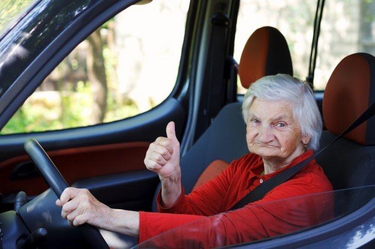 Une vieille femme au volant. l Source: Shutterstock