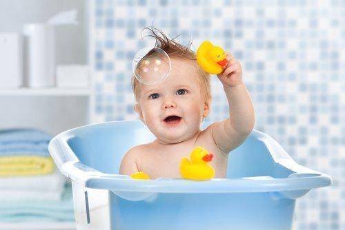 Baby in Wanne | Quelle: Shutterstock
