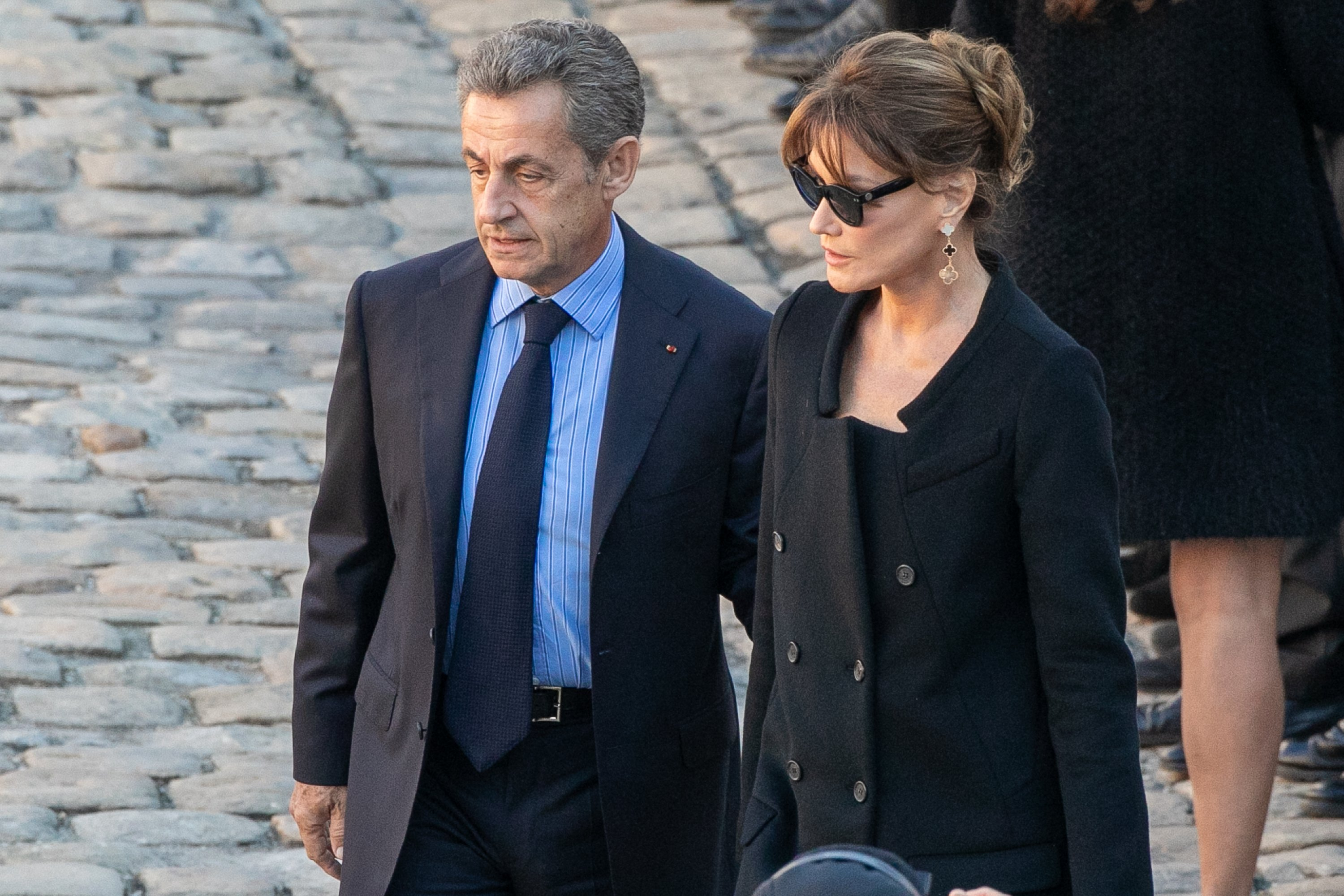 Nicolas Sarkozy et son épouse Carla Bruni Sarkozy à l'hommage national à Charles Aznavour  à Paris, France | Photo : Getty Images