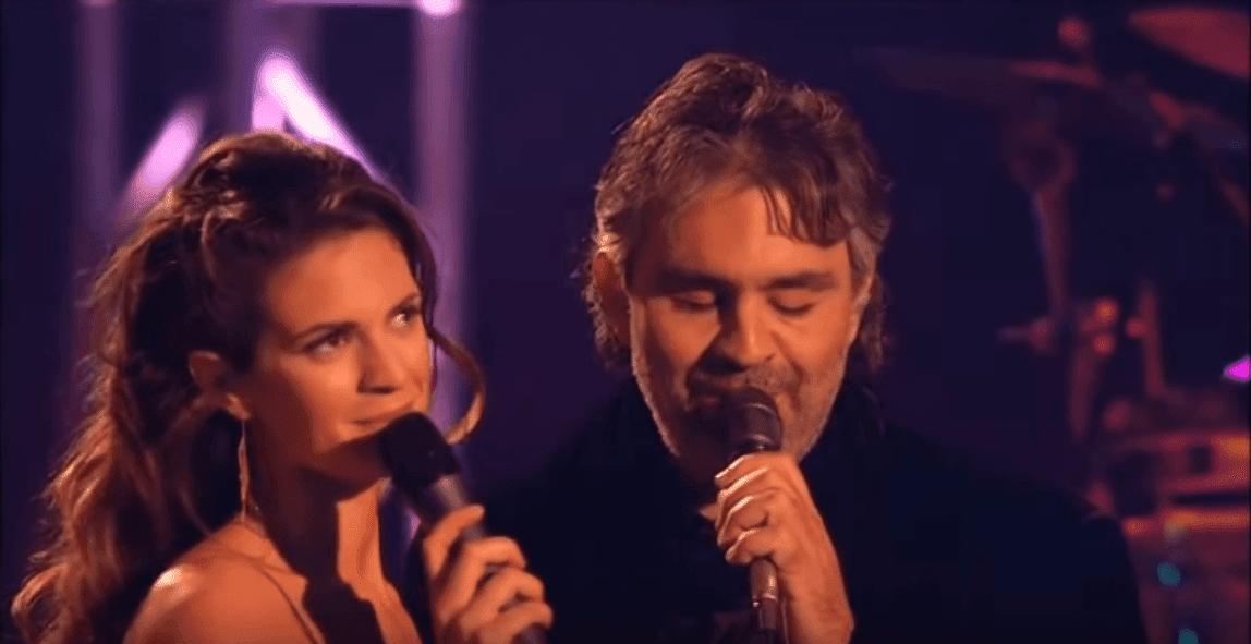 Andrea Bocelli et Veronica Berti en concert au Lake Las Vegas Resort en décembre 2005.   Photo: YouTube/Giulio Colapinto