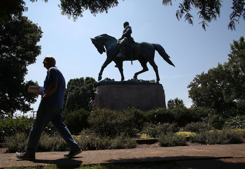 The statue of Confederate Gen. Robert E. Lee stands in the center of the renamed Emancipation Park on August 22, 2017 | Photo: Getty Images