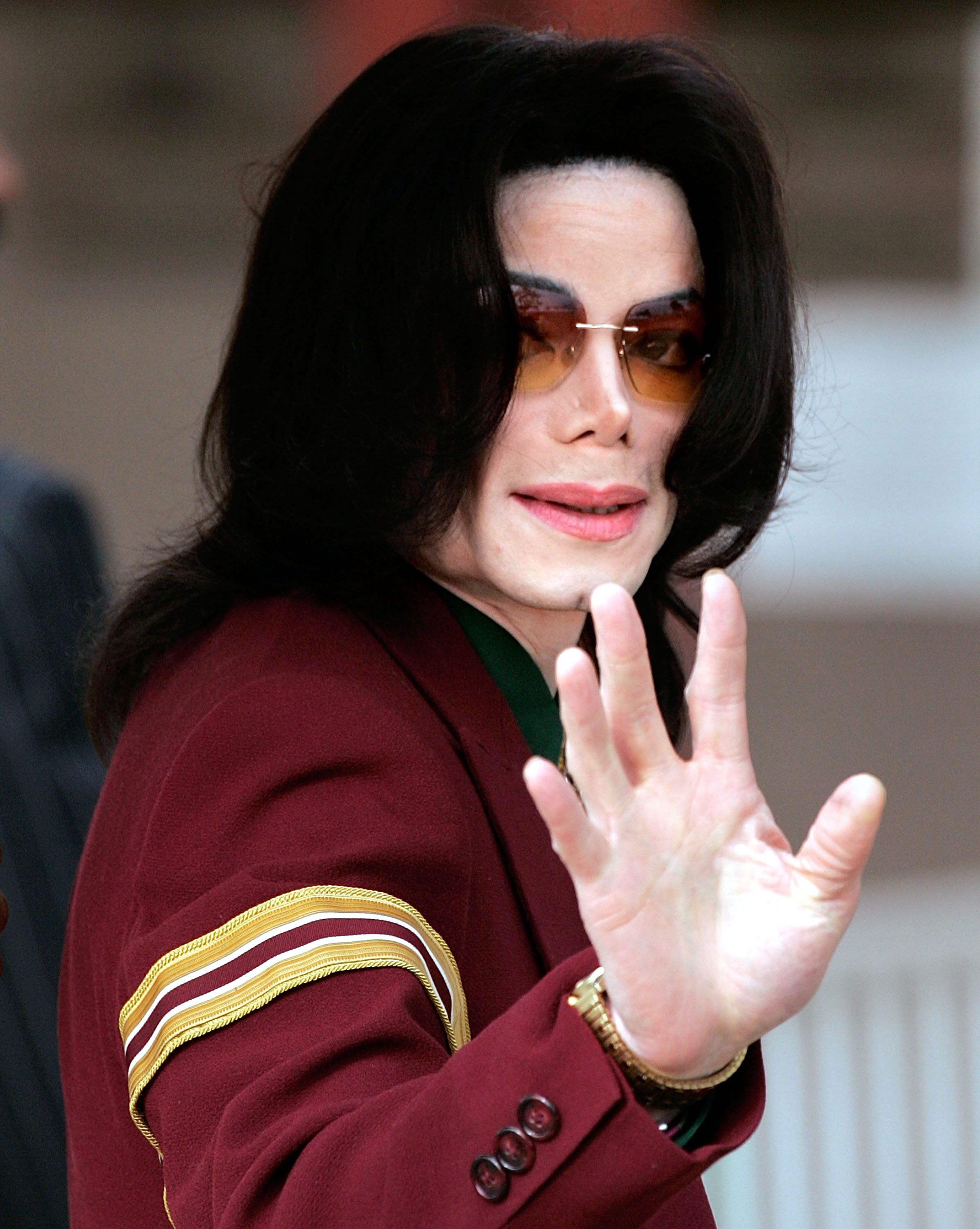 Michael Jackson arrives at the Santa Maria Superior Court for testimony during the third week of his child molestation trial March 17, 2005 in Santa Maria, California | Photo: Getty Images