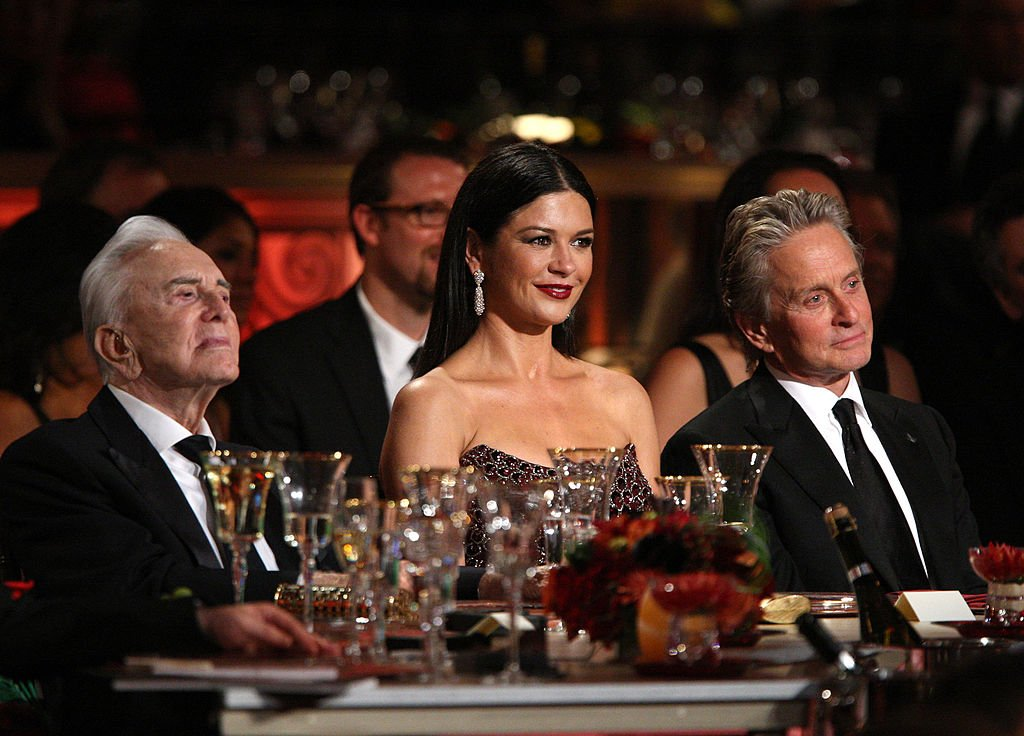 Catherine Zeta-Jones flanked by her late father in law, Kirk Douglas (L) and husband Michael Douglas (R) at the AFI Lifetime Achievement Award on June 11, 2009 in California.   Photo: Getty Images.