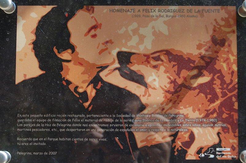 Cartel de un homenaje al naturalista español. | Foto: Wikimedia Commons