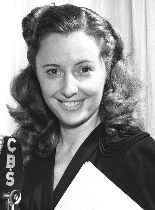 Portrait photo of actress Barbara Stanwyck in 1941. | Photo: Wikimedia Commons