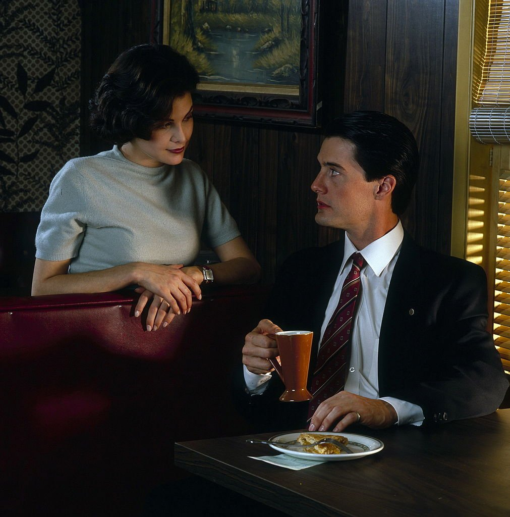 Sherilyn Fenn and Kyle MacLachlan on the sets of Twin Peaks on November 20, 1989 | Source: Getty Images