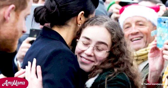 Meghan Markle repère un visage familier dans la foule lors de la promenade de Noël et réagit par des embrassades