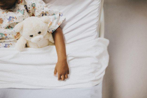 Niño acostado en cama de hospital.  Imagen: Freepik