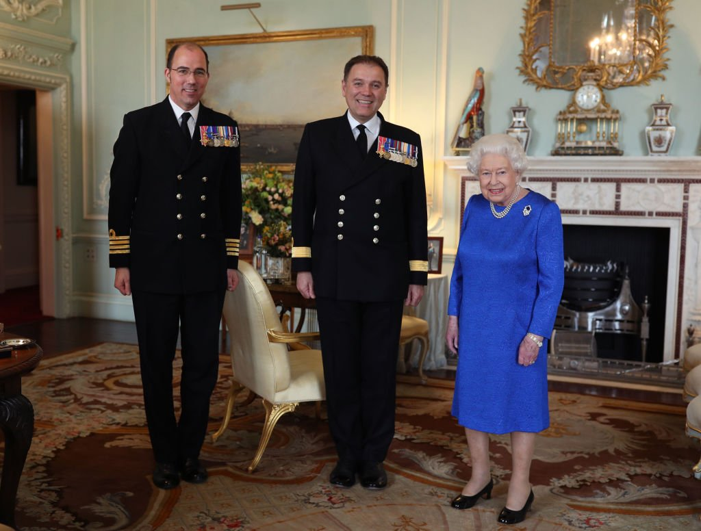 Queen Elizabeth II receives Commodore Steven Moorhouse and Captain Angus Essenhigh, during a private audience in the Queens Private Audience Room in Buckingham Palace. | Photo: Getty Images.